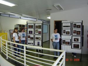 Imagem da Exposição sobre Astronomia paiines e alunas