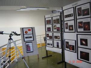 Imagem da Exposição sobre Astronomia painéis e telescópio