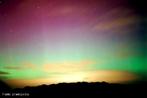 Aurora é um fenômeno atmosférico lumininoso que consiste em rápidas mudanças de colunas de luz de matizes diferentes, como se fosse uma dança de luzes coloridas. De acordo com a ocorrência do fenômeno elas são chamadas aurora boreal (extremo norte da Terra) ou aurora austral (extremo sul da Terra). A origem do fenômeno está relacionada a atividade solar e aos campos magnéticos da Terra. <br /><br />  Palavras-chave: Magnetismo, campo magnético da terra, pólo magnético, íons, raios cósmicos, luz.