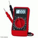 Aparelho que realiza medições de tensão elétrica em um circuito e exibe essas medições, geralmente, por meio de um ponteiro móvel ou um mostrador digital. A unidade apresentada geralmente é o volt. <br /><br /> Palavras-chave: Multímetro, eletricidade, física, tensão, circuito, corrente,