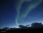 Aurora é um fenômeno atmosférico luminoso que consiste em rápidas mudanças de colunas de luz de matizes diferentes, como se fosse uma dança de luzes coloridas. De acordo com a ocorrência do fenômeno elas são chamadas aurora boreal (extremo norte da Terra) ou aurora austral (extremo sul da Terra). A origem do fenômeno está relacionada a atividade solar e aos campos magnéticos da Terra. <br /><br />  Palavras-chave: Magnetismo, campo magnético da terra, pólo magnético, íons, raios cósmicos, luz.