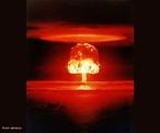 É uma arma nuclear composta de urânio ou plutônio. Durante a sua explosão ocorre um processo de fissão nuclear que produz uma grande quantidade de energia. A partir daí é gerada uma onda de choque de alto poder destrutivo, radioatividade e altas temperaturas. <br /><br />  Palavras-chave: Bomba atômica, isótopos, urânio, plutônio, fissão nuclear, energia, radioatividade, temperatura, física atômica e nuclear.