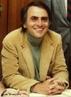 """(1934 - 1996) foi cientista e astrônomo. Dedicou-se à pesquisa e à divulgação da Astronomia. Tornou-se conhecido do grande público por seus livros de divulgação científica e por protagonizar como apresentador a série """"Cosmos"""". <br /><br />  Palavras-chave: Astronomia, astrofísica, cosmos, Carl Sagan."""