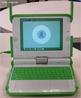 O XO (The Children's Machine) foi desenvolvido pelo Massachusetts Institute of Technology (MIT) e agrega tecnologia de ponta a baixo custo. Entre elas a comunicação via ondas de rádio, baixo consumo de energia, sistema inovador de carregamento de bateria. <br /><br />  Palavras-chave: Tecnologia, Laptop, inclusão digital, eletrônica, memória, chip, computador, bateria, lcd, ondas.