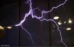 Imagem de uma descarga elétrica gerada em laboratório. <br /><br />  Palavras-chave: Cargas positivas, cargas negativas, raio, indução, eletromagnetismo.