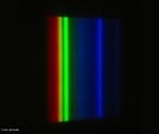 Por meio do espectro da luz podemos identificar substâncias presentes em uma determinada fonte. No caso do espectro apresentado na imagem, pode-se identificar os elementos químicos presentes na lâmpada de vapor de mercúrio. <br /><br />  Palavras-chave: Eletromagnetismo, luz, eletricidade, espectro, lâmpada, mercúrio, elementos químicos.