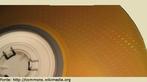 É um dos mais populares meios de armazenamento de dados digitais. A superfície da espiral é varrida por um laser, que utiliza luz no comprimento infravermelho. <br /><br />  Palavras-chave:  Ondas, luz, reflexão, laser, velocidade linear, velocidade angular, diâmetro, raio, movimento circular.