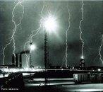 Descarga elétrica entre uma nuvem e o chão que está com uma carga oposta, ou entre partes de nuvens com cargas opostas. <br /><br /> Palavras-chave: Cargas positivas, cargas negativas, raio, eletricidade e magnetismo, indução.
