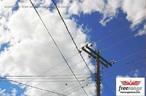Uma rede elétrica serve para distribuir energia elétrica desde a fonte geradora (uma usina hidrelétrica ou nuclear) até a sua residência. Para evitar grandes perdas de energia, diminui-se a intensidade da corrente elétrica e aumenta-se a tensão. <br /><br /> Palavras-chave: Energia elétrica, eletricidade, potência, corrente alternada, usina, cabos, torres, subestações, tensão, transformador, lei de Joule-Lenz.