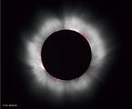 Um eclipse solar ocorre quando existe um alinhamento entre o Sol, a Lua e a Terra de forma em que a Lua oculte parcialmente ou totalmente o disco solar. Como resultado se forma um cone de sombra sobre determinadas regiões da Terra. <br /> <br /> Palavras-chave: Astronomia, eclipse, Sol, Lua, Terra, umbra, Penumbra, sombra, gravitação universal.