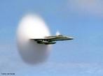 O avião que viaja à velocidade maior ou igual a 1200 km/h (velocidade do som), gera ondas de choque formando um &quot;cone de som&quot;. <br /><br /> Palavras-chave: Ondas, som, princípios de Bernoulli, pressão do ar, velocidade do som, resistência do ar.