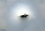 """O avião que viaja à velocidade maior ou igual a 1200 km/h (velocidade do som), gera ondas de choque formando um """"cone de som""""."""