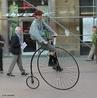 A bicicleta é um veículo com duas rodas presas a um quadro movido pelo esforço do próprio usuário (ciclista) através de pedais.
