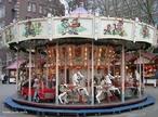 Carrossel é um brinquedo encontrado em parques sobre o qual prevalecem os movimentos circulares. No seu movimento, merecem destaque a força centrípeta, momento angular, a velocidade angular e linear, além da inércia. <br /><br /> Palavras-chave: Movimento, inércia rotacional, velocidade, velocidade angular, força centrípeta, movimento circular.