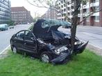 Colisão de um automóvel em uma árvore. <br /><br /> Palavras-chave: Movimento, colisões, colisões elástica, corpo rígido, momentum, conservação do momentum, atrito, velocidade, rotação, som, dissipação de energia, massa.