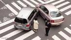 Colisão entre dois automóveis.  Palavras-chave: Colisões elástica, colisões, movimento, momentum, conservação do momentum, dissipação de energia, som, massa, velocidade.