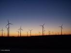 Dispositivo gerador de energia elétrica a partir do movimento das pás giradas pelo vento. <br /> <br /> Palavras-chave: Turbina eólica, gerador, potência, conversão de tensão, energia eólica, aerogerador, vento, eletricidade.
