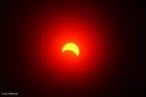 Um eclipse solar ocorre quando existe um alinhamento entre o Sol, a Lua e a Terra de forma em que a Lua oculte parcialmente ou totalmente o disco solar. Como resultado se forma um cone de sombra sobre determinadas regiões da Terra. <br /><br /> Palavras-chave: Astronomia, eclipse, Sol, Lua, Terra, umbra, penumbra, sombra, gravitação universal.