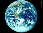 A atmosfera terrestre é composta por inúmeros gases que ficam retidos pela força da gravidade e do campo magnético que envolve a Terra.  <br /><br />  Palavras-chave: Atmosfera terrestre, gases, gravidade, gravitação universal, campo magnético, Terra.