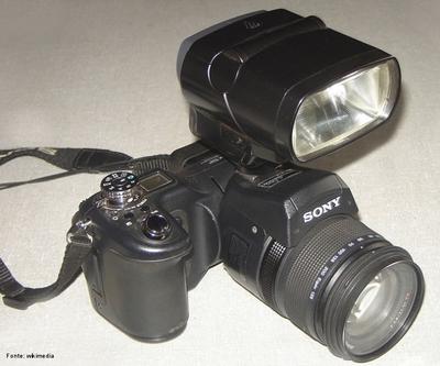Os flashes eletrônicos têm por finalidade emitir um curto lampejo de luz brilhante quando liberado o obturador. Isso ilumina o ambiente pela fração de segundo em que o filme é exposto.  <br /><br /> Palavras-chave: câmeras fotográficas, luz, filme, flash, fotografia, obturador, tempo, imagens, tecnologia.