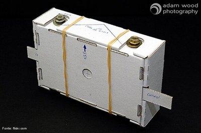 A fotografia PinHole permite que se faça uma foto necessitando apenas de um recipiente protegido contra a luz – como uma caixa ou lata - com um pequeníssimo furo e contendo material fotossensível em seu interior – como papel ou filme.  <br /><br />  Palavras-chave: Óptica, luz, imagem, pinhole, estenopéica.