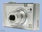 A câmera digital revolucionou o processo de captura de imagens, contribuindo para a popularização da fotografia ou da técnica cinematográfica digital.   <br /><br /> Palavras-chave: câmeras fotográficas, luz, fotografia, obturador, digital, imagens, memória, megapixels, zoom, lentes, tecnologia.