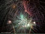 Shows pirotécnicos envolvem muitos conceitos químicos e físicos, tais como lançamento de projéteis, aceleração e combustão. <br /><br /> Palavras-chave: Movimento, lançamento de projéteis, trajetória, aceleração, velocidade, vetores, resistência do ar, temperatura e combustão.