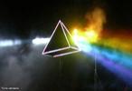 Luz separada em diferentes cores. <br /><br /> Palavras-chave: Óptica, prisma, dispersão, refração, luz, velocidade, densidade, cores.