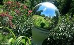 Quando a luz é re-emitida para o meio de onde ela veio, ela é refletida. <br /><br /> Palavras-chave: Óptica, luz, reflexão.
